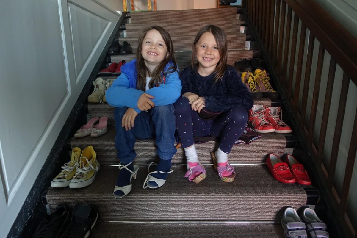 Schuh-Inventar im Treppenhaus